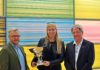 Foto: Kim Colding, Christina Nielsen og DASU's sportschef Bo Baltzer Nielsen ved overrækkelsen af vandrepokalen i Idrættens Hus.