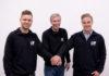 Lars Mogensen (midten) er en glad mand, efter at han skrevet under med Nicholai Eberhard (tv) og Frederik Schandorff (foto Ole Vestergård Jensen)
